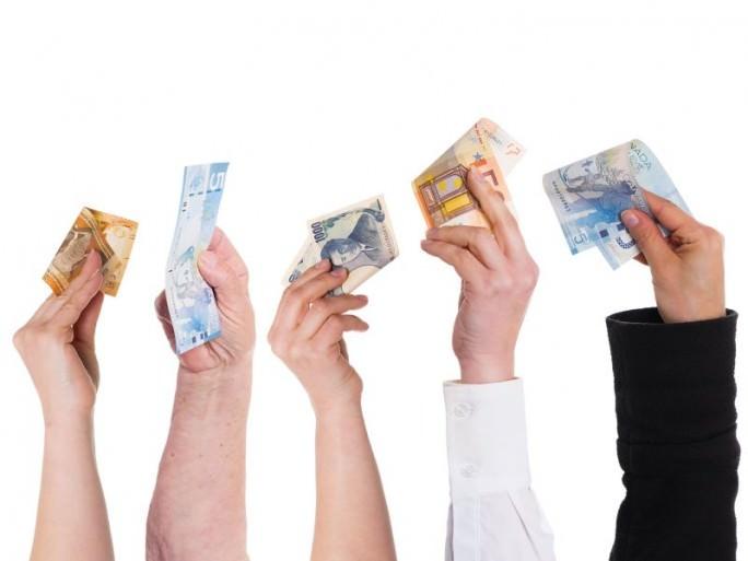 Broker Finanzierung, Hände mit Geldscheinen